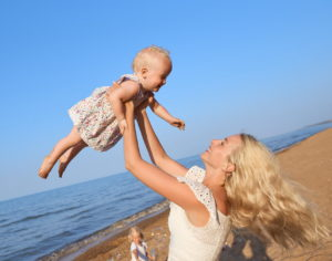 Мама подбрасывает дочку в небо
