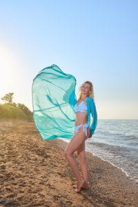 Женщина на пляже. Летящая одежда
